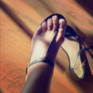 Vince Camuto black leather thong sandals